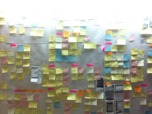 data grouping with post-its after ux research - agrupamento de informação com post-its depois de ux research